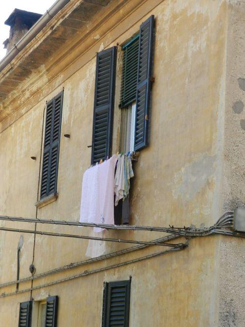 No norte ou no sul as roupas penduradas na janela estão por toda Itália