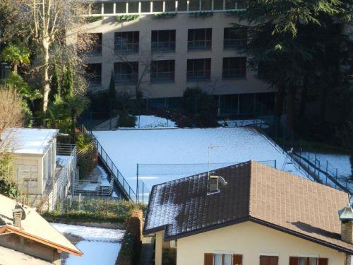 Que tal uma partida de tênis na neve?