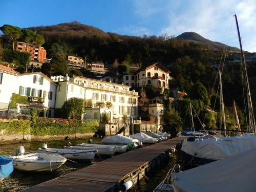 Marina e belas construções em Torno