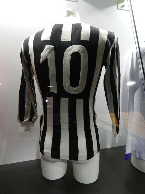 Nem a 10 de Platini, uma das únicas duas camisas de times italianos que não eram de Inter ou Milan