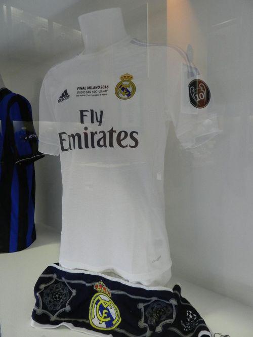 Camisa de Benzema do Real Madrid usada na mesma final em Milão