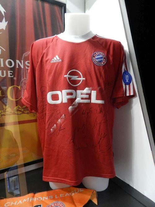 Camisa de Effenberg usada na final da Liga dos campeões 2000-01. Bayern venceu o Valênica nos penâltis