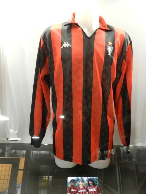 Se a Inter tinha o ídolos alemães, o Milan era base da seleção holandesa. Camisa de Van Basten