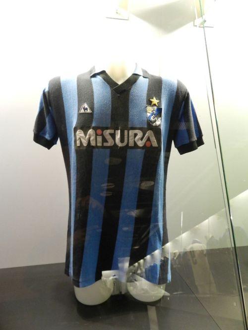 Para mim a mais bonita das camisas da Inter com o mascote (cobra)