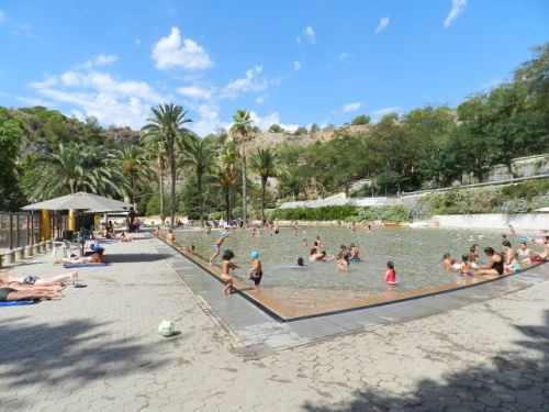 A piscina é enorme. Na foto apenas metade dela