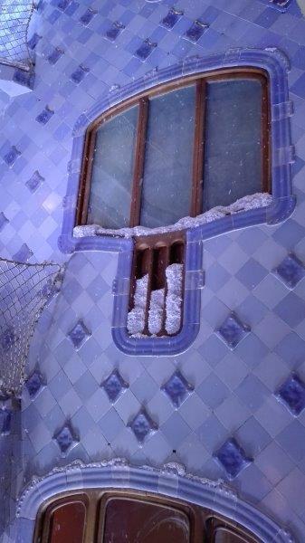 Fendas de madeira para garantir a ventilação cheias de neve artificial